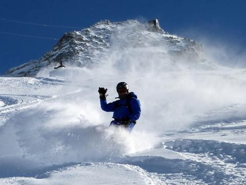 We learn with our instructor to snowbaord in the powder in Chamonix