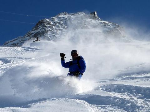 Notre moniteur nous montre la trace pour faire voler la poudreuse en snowboard