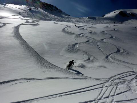 Notre moniteur de ski nous guide hors piste coté Suisse au Tour