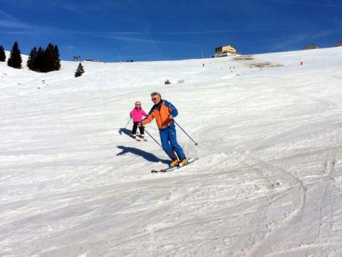 Обучение поворотам на параллельных лыжах на голубой трассе в Межеве
