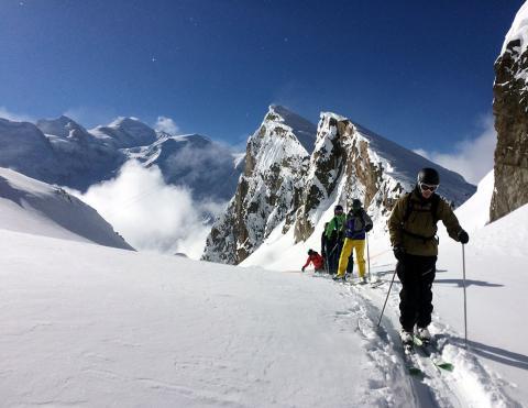 Encadrement ski hors piste freeride dans la station du Brévent en face du Mont Blanc dans la vallée de Chamonix