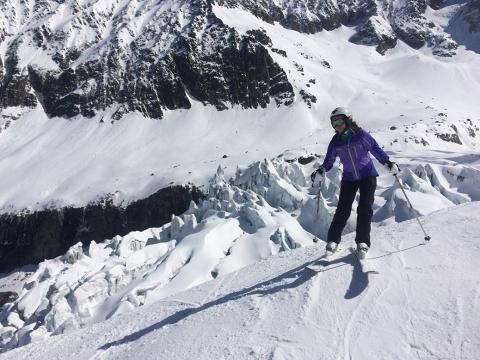 Nous admirons le glacier d'Argentière pendant une descente hors piste dans la vallée de Chamonix