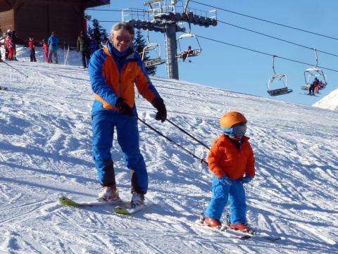 Moniteur à Megève, mes batons de ski enseignent à cet enfant.