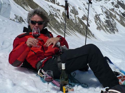 Après ski nous célébrons une belle descente hors piste à Chamonix avec un verre de vin